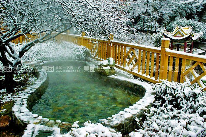 飘雪温泉位于黄山风景区的桃花溪畔有大大小小37个汤池,这里负氧离子