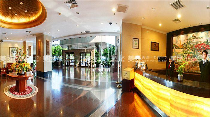 """以下为部分房间图,店内各房型略有差异,以商家实际安排为准。 酒店位于厦门市繁华的金融和商贸中心地段,毗邻美丽的筼筜湖畔,地理位置十分优越。   酒店拥有全市独一高空旋转观景餐厅。旋厅之美,美于流转。这里的空间没有阻碍,360度全方位旋转,饱览海上花园的迷人风光。特有的旋转餐厅让您体验""""一览众山小""""的奇妙感受。 中央大厅主厅面积650平方米,采用6米挑高无柱型设计,结合副厅,可承接50桌大型宴会,容纳500人会议,是您举办婚宴、商务会议的理想场所。   品位康体中心,独领中国风。作为酒店独具特色的休闲场"""