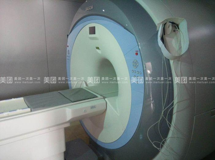 许昌华济医院是一家以医疗和医养托老相结合的、极具特色的综合性医院,医用面积12000平方米,医资力量雄厚,先后投巨资引进高科技超导1.5T核磁共振、16排螺旋CT、四维彩超、DR全自动生化分析仪、全自动心电图、脑电图、多普勒、生物超导治疗仪、臭氧治疗仪等设备为临床治疗提供了坚实的后盾。 医院是市、区、县职工医保定点单位,市、区、县居民医保定点单位、新农村合作医疗定点单位。 科室介绍: 中医特色科:对中风偏瘫及后遗症、糖尿病引起的坏疽、脉管炎及长期不愈老烂腿、静脉曲张等有很好的治疗效果。 中医肿瘤科:采用