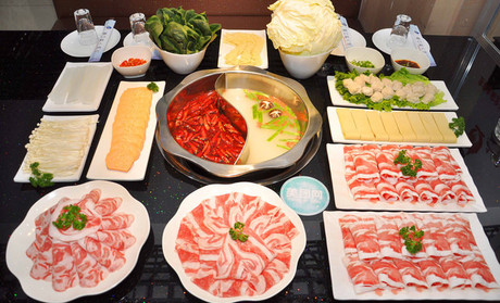 各种 菜品摆盘够精致,服务上也是我吃过的四川火锅类店里最好的了.