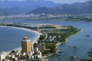 【广州出发】惠州双月湾纯玩2日跟团游*入住海边特色木屋酒店-美团