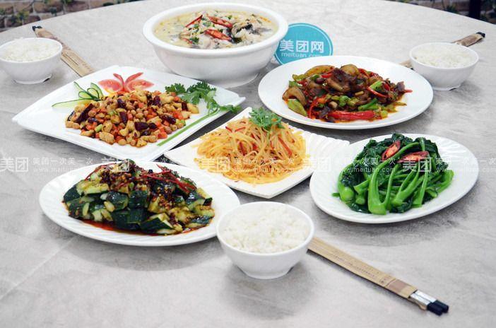 木桶饭是是一种美味可口的汉族小吃。初是木桶饭集团推出的一种很东方化的美食烹调方法,并逐渐流行。一般会在木桶中加入其它美食,不仅外观好看,而且味道也非常鲜美,现在已经成为一种被广泛使用和接受的式烹调主食方法。