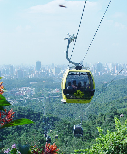 花园东侧的白云山风景区 游客中心的左边,索道上站位于白云山山顶广场