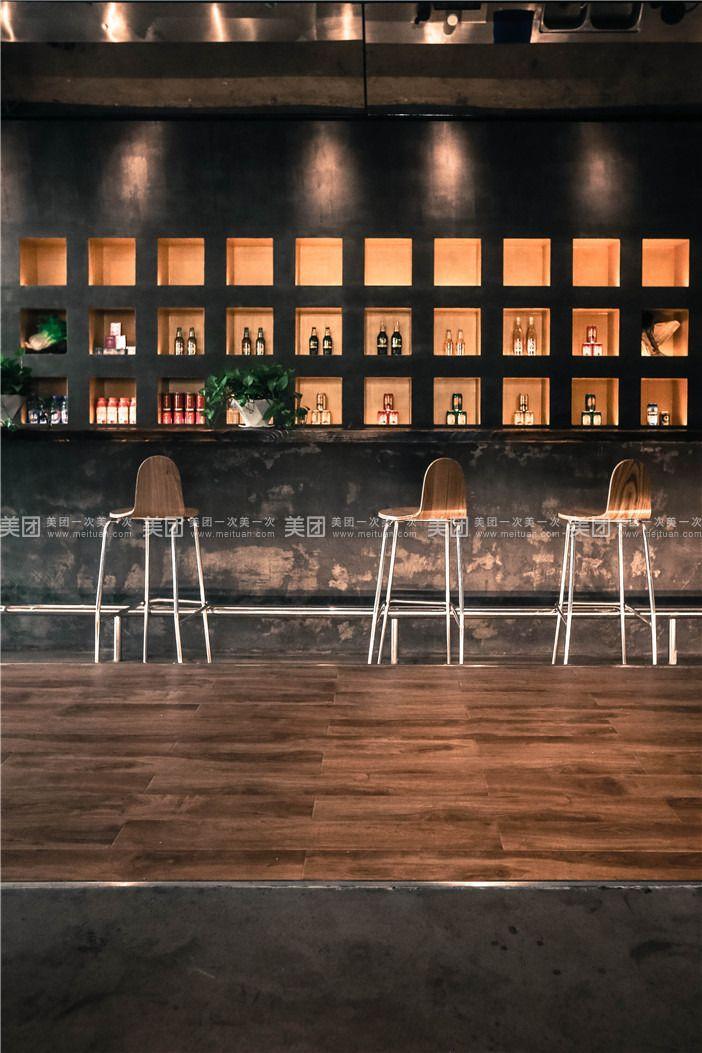 以下为部分房间图,店内各房型略有差异,以商家实际安排为准。 寒舍酒店位于青岛市台东特色商圈延安三路67号丙,是一家设计新颖的环保酒店,一楼大厅设有具有青岛特色青岛啤酒吧,可品尝到青岛一厂生产的新鲜啤酒,并配有60寸大型超清电视的休闲吧,可随时观看精彩影视。 青岛寒舍酒店秉承简约、环保、创新主题思想,在装饰改造过程中,只用沙、水泥、钢材、木材四种最基本的建筑材料,不用壁纸、复合地板、板材、地毯、化纤等对人体有害,并且有可能对环境造成二次污染的装饰材料。 我们以满足客人最基本需求,对房间进行装修布置,以减少装