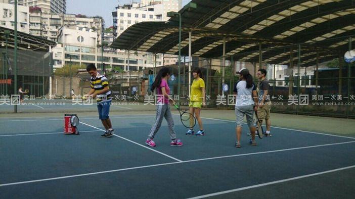 开设儿童青少年网球培 训班,成人网球培训,公司团体网球培训班,家庭