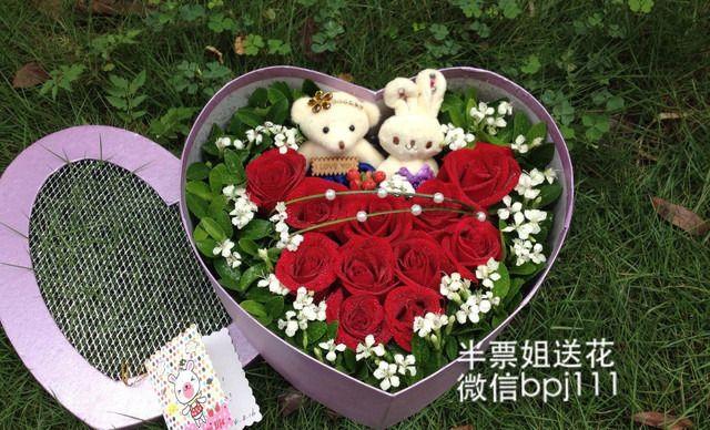 :长沙今日团购:【商学院/人人乐】半票姐花店 仅售118元!价值258元的11支特级玫瑰礼盒款1次,提供免费WiFi