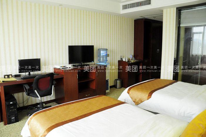 酒店距离贵阳市火车站500米,距离市中心搭的士只需5分钟,距离飞机场