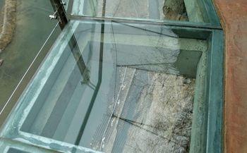 【十渡】龙湖湾门票+盘壁玻璃栈道+银河玻璃桥+拒马河漂流+竹筏+双子峰观光梯往返+高山旱滑套票(成人票)-美团
