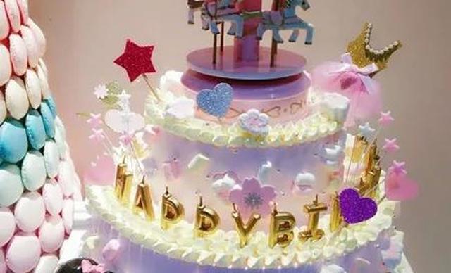 :长沙今日钱柜娱乐官网:【榴芒兔蛋糕坊】双层木马旋转生日蛋糕1个,约10+8英 寸,圆形