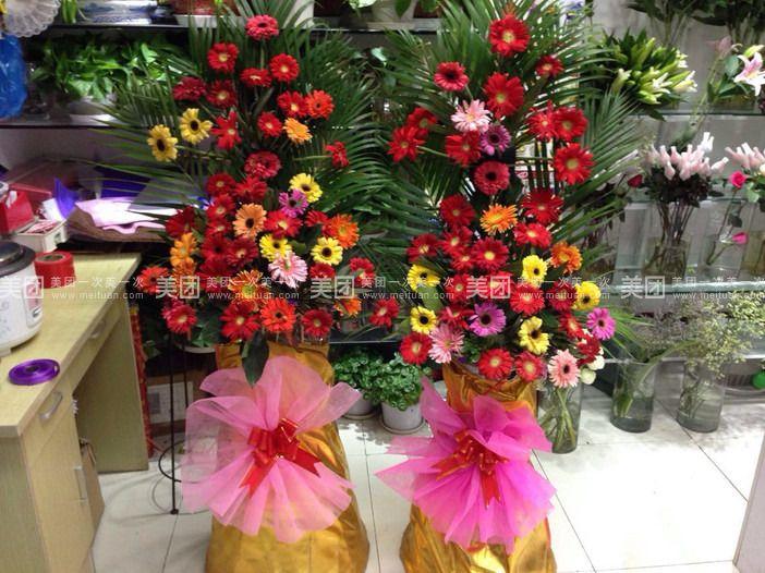 金林花艺位于张家港市杨舍镇园林路(美食街东首农行对面)!交通便利,店内花的种类繁多,我们通过周到细致的服务,新颖丰富的款式,精致细腻的做工,为市场提供高档和优质的花束。为爱执着,为爱痴狂,金林花艺用新鲜的花朵和精美细致的包装为每个想爱和相爱的盛满浓浓的心意,送出暖暖的祝福,让浪漫满屋。 主要经营:友情鲜花、恋情鲜花、生日鲜花、节日鲜花、慰问鲜花、居家用花、水培植物、酒店插花、开业庆典花篮、花艺设计、会场布置,新娘花车装饰、迎亲车队等等。天姿鲜花以优质的服务水准,专业的插花技术,根据广大客户的需要可包装多