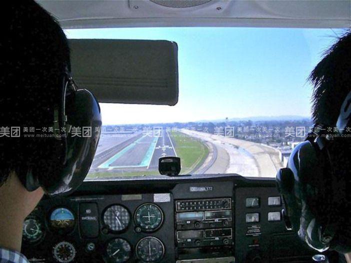 驾驶舱的尺寸和结构与真实直升机机舱类似