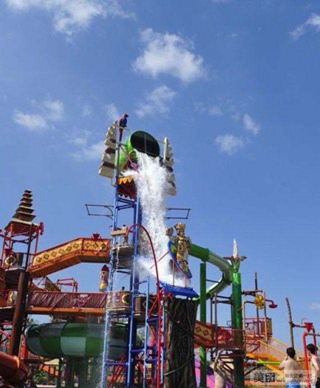 巴厘岛水世界是热高乐园一期工程,是东北首个主题嬉水大世界。 巴厘岛水世界以动感、奇妙、梦幻三重游乐个性为核心,将巴厘岛景观和水上体验游玩项目巧妙融合,开创充满魔幻和惊奇的水上世界,拥有游乐项目、主题景观、娱乐表演、主题商店、美食餐厅50余个,让您体验最炫的动感激情。其中,亚洲最大液压+气压双模式造浪设备海啸造浪池,让您踏上寻求冒险和刺激之旅,中国最新科技的滑道项目巨浪飞车,让您拥有古老巴厘人与海水较量的勇气,带您领略360度的水上高空旋转特技;亚洲最长的人工漂流河贝塔努圣河,让您与巴厘岛人在