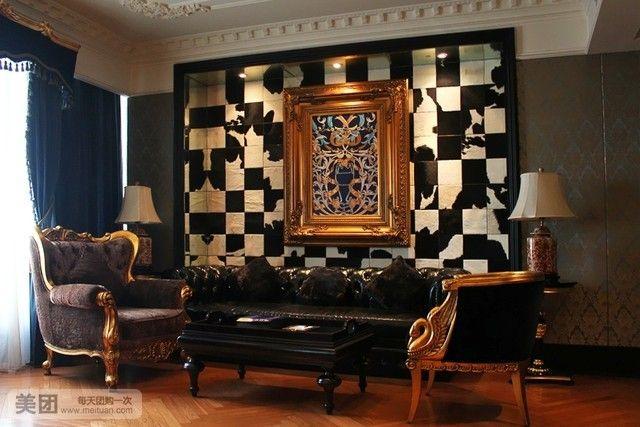 古典欧式浮雕罗马吊顶,水晶灯,丝绸手绘金箔画的墙面和柜面,真皮面