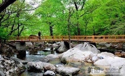 大石湖自然风景区位于本溪满族自治县兰河峪乡东南山麓的鹰嘴山下,距