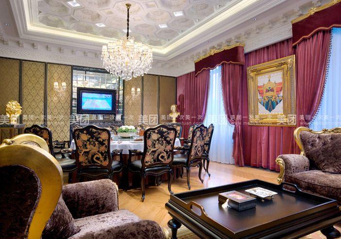 古典欧式浮雕罗马吊顶,水晶灯,丝绸手绘金箔画的墙面和柜面,真皮面丝