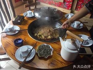 金桌子铁锅炖
