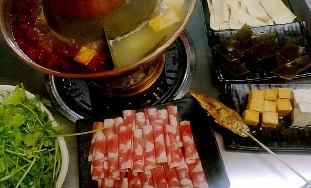 :长沙今日团购:【碳火烤肉·老北京涮羊肉】澳洲肥牛卷1份(大)+五花肉1份(大)+五花肉1份(小)+蛋饺1份+海带1份+油豆腐1份+土豆片