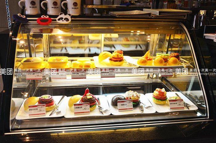 蜂蝶来食品有限责任公司是一家专业致力于烘焙产品生产、销售的优秀私营企业。公司成立于1997年,目前拥有2000平方米的中央工厂、400平方米的复合店及多家直营烘焙连锁店。公司自成立以来,一直以品质为核心。因选料精料、工艺严谨、设备先进,所生产的六大类产品近200个品种,深受广大消费者的认可和好评。 中央工厂占地2000平方米,设备先进,生产流程标准化,管理规范,并拥有10万级的卫生净化标准。公司所有烘焙产品均由中央工厂集中制作,再分别配送到各直营连锁店面,极大地保证了产品质量。同时高薪聘请港台及日本知名