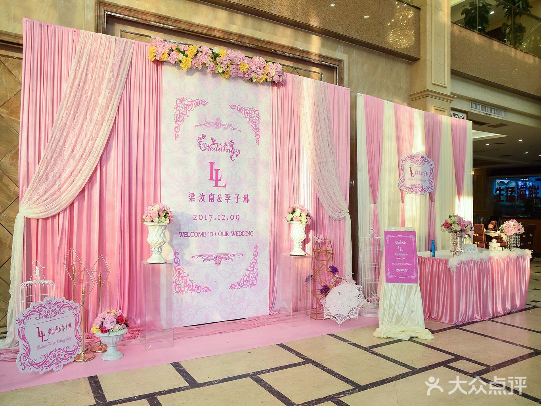 欧式舞台布艺背景(4*8米内) 2.蛋糕台浪漫装饰(不含蛋糕) 3.