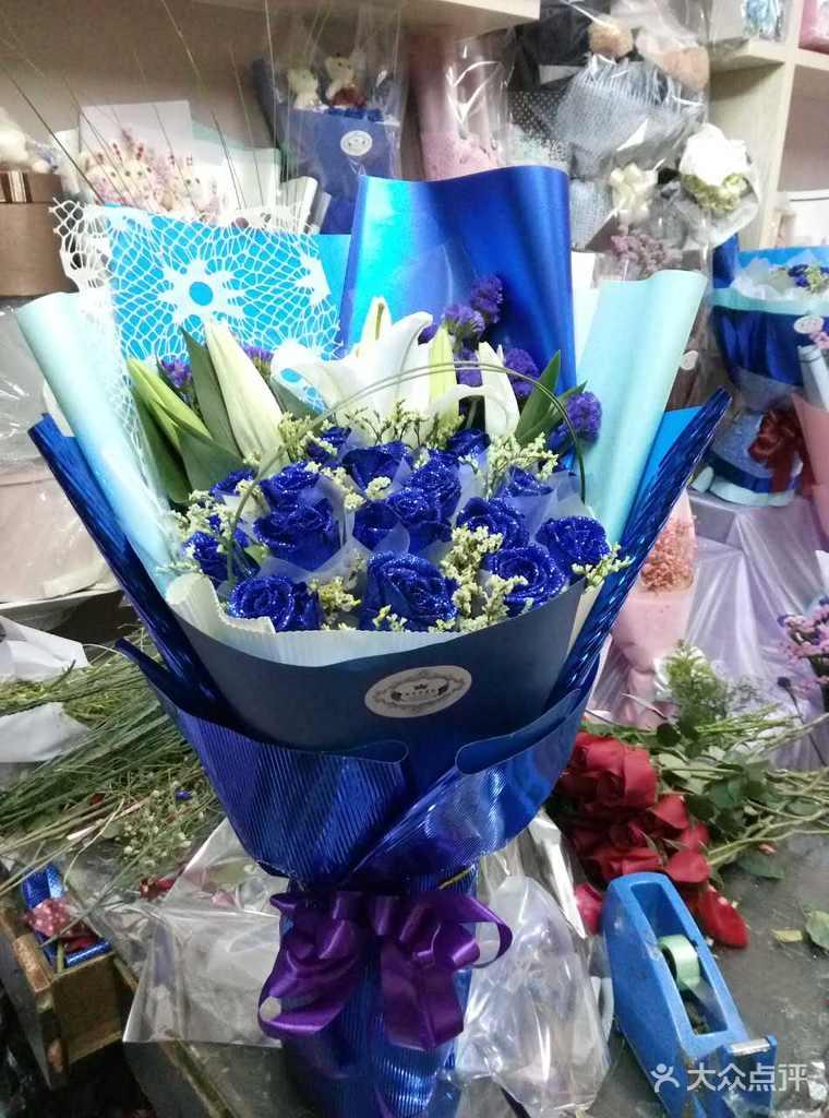 17朵蓝玫瑰加3朵百合手捧花束 蓝色艺术纸包装 黄英或满天星搭配
