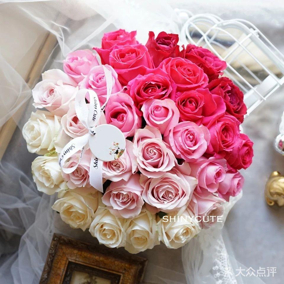 玫瑰:33支各色玫瑰 礼盒:圆形花盒 包装精美丝带