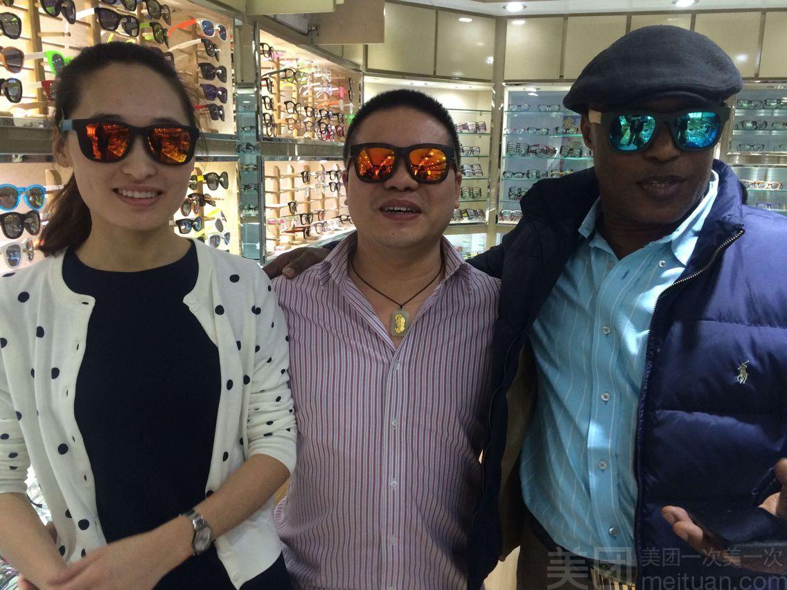 霸龙眼镜经过30年的发展壮大,已成为一家集验光,配镜,生产,销售及代理为一体的连锁企业。北京霸龙眼镜成立2005年,是一家集工厂为一体的眼镜店,有着强大的工厂资源做后盾,生产总部工厂设立在温州。标准简捷的购物流程,价格体系,和超越国内行业标准的直销服务体系,是我们的优势。我们的宗旨是,永远不做贵的,只做适合您的
