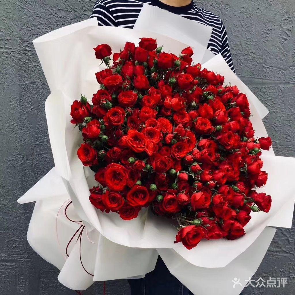 整个花头完全大于99朵,因为有30枝多头红色玫瑰~很大很漂亮