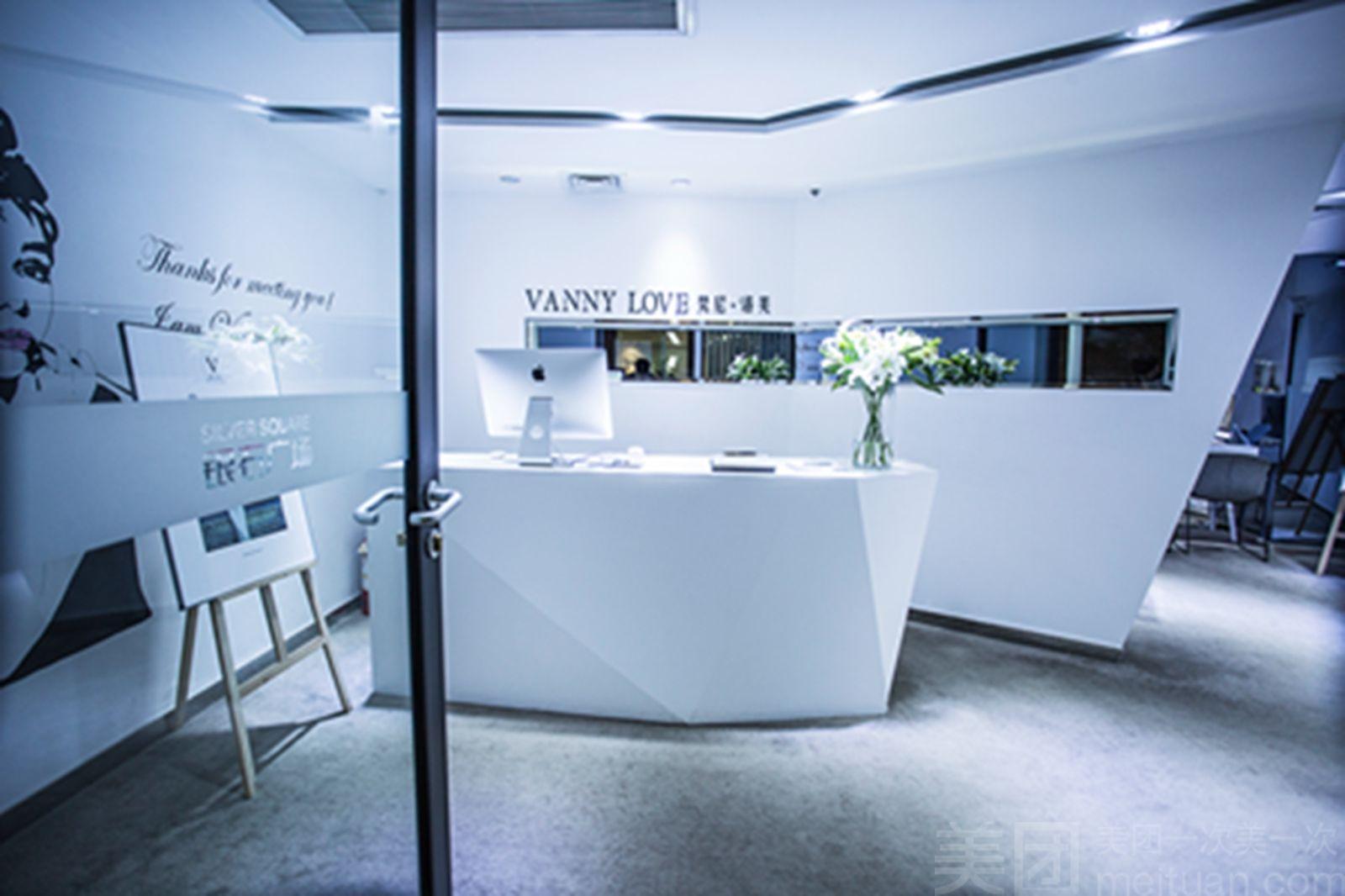 梵尼洛芙 (vannylove), 国内轻奢珠宝设计定制品牌,传承法国及意大利钻石珠宝文化,倡导轻奢华 新时尚 ,服务于追求完美品质和个性定制的年轻客户,凭借其高品质的产品和原创设计迅速获得年轻用户的青睐。产品系列 :经典传承系列(简约)、轻奢公主系列(年轻优雅)、洛可可女王系列(复古高贵)