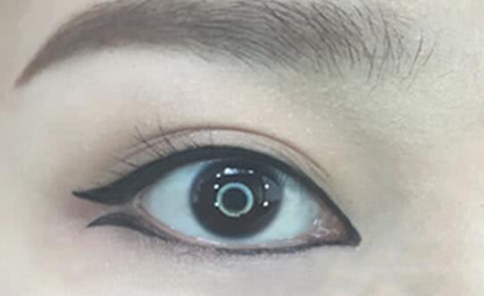 眼线的十二种画法:鱼尾型眼线 上眼线上扬微翘,下眼线眼尾反方向地