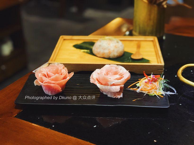 【松板肉】摆盘堪称菜品中的颜值担当,雕刻感的花朵造型极富创意.