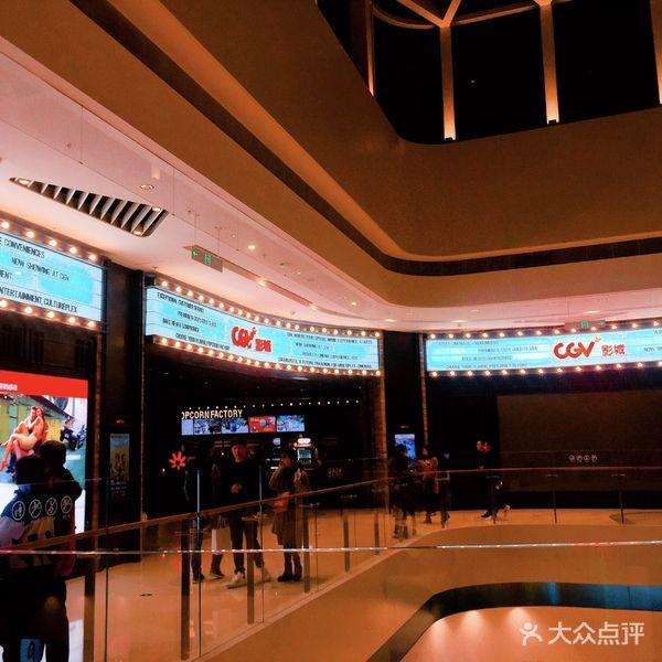 电影院装修很漂亮,门口的影院招牌闪亮闪亮的