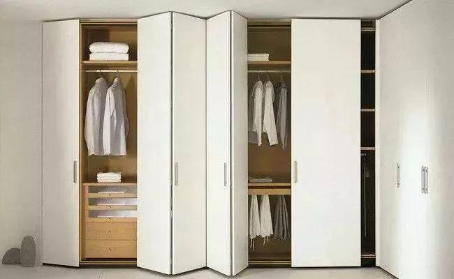 这个小空间的入口隐藏在两个大储物柜中间,做一整排折叠门.