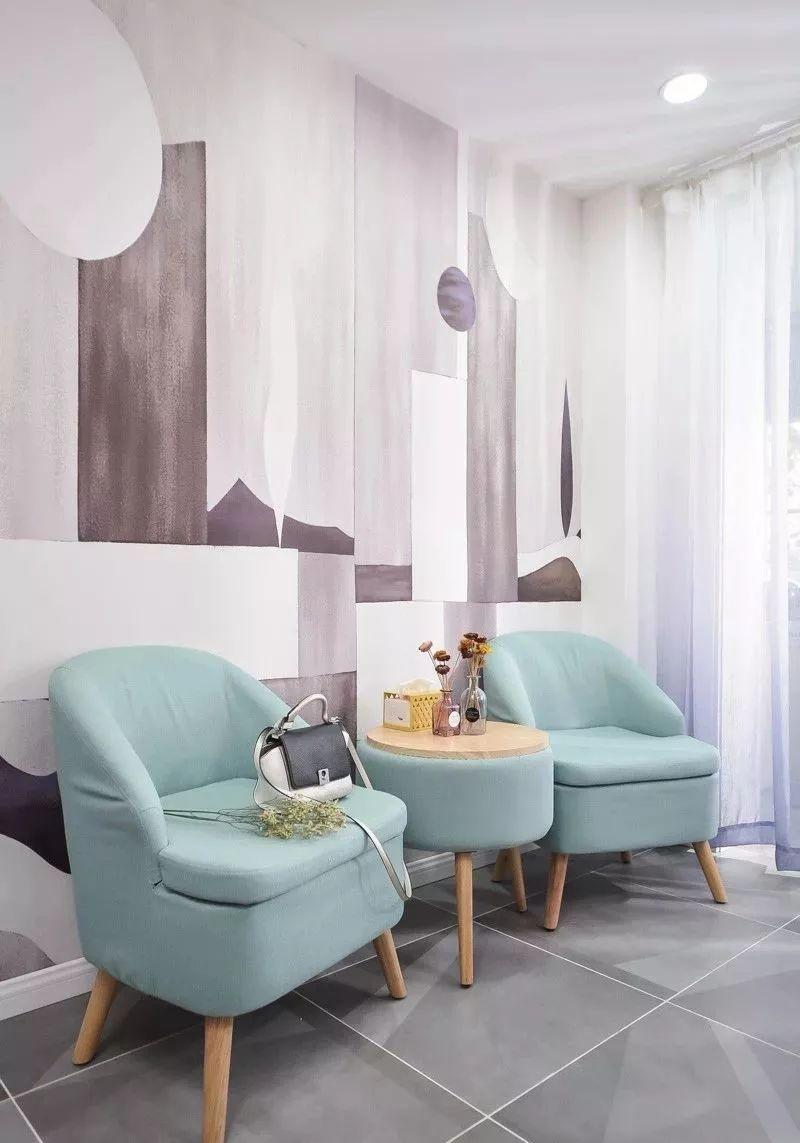 灰色地面呼应艺术氛围的壁纸背景墙,一套蓝色小沙发添点木色,呈现