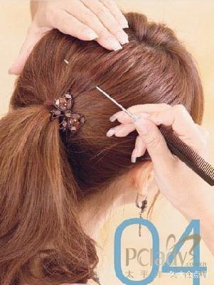 其实最好看的方法是,先使用梳子将头发梳整后,再用手指当梳子抓出不