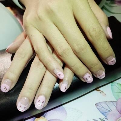 粉色小猪美甲款式图