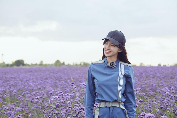 花田里的少女潇笑靥如花.jpg