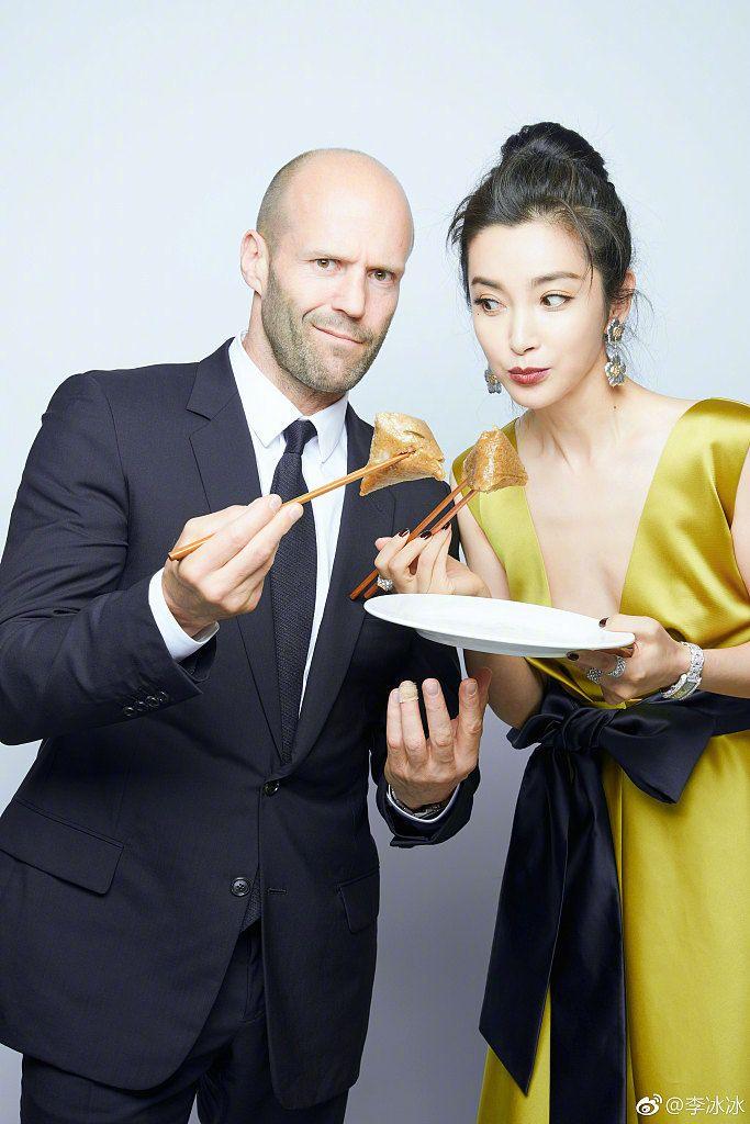李冰冰深v长裙亮相上海电影节,还和杰森斯坦森甜蜜吃