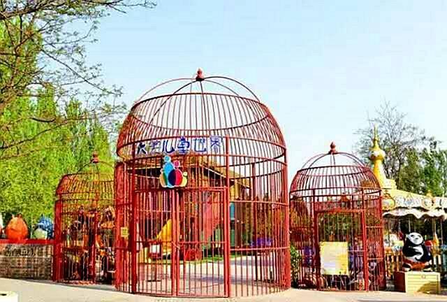 除了原有的大美儿童世界,还包括:温泉城堡,乡村动物园,鹦鹉园,露营地