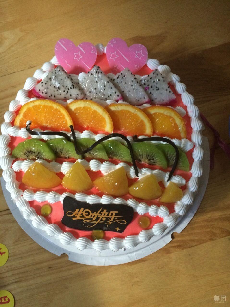 蛋糕挺好,外观也很漂亮!是去店里看到其他顾客在做这个,上面水果也都是喜欢的于是下的单,可是今天打开很失望,没有孩子喜欢的黄桃和草莓!我就是很郁闷,不看着做就这么敷衍顾客吗?挑一些便宜的橘子来装饰!别人看着做就弄上黄桃和草莓!