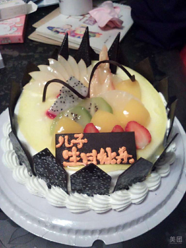 蛋糕非常好吃,样式是爱心的,满满的都是情。呵呵,里面还有蓝莓夹心,不错的选择。店家的服务态度也特别棒,以后会再来的,也会推荐其他朋友的!这款蛋糕一家五口都没有吃完,10寸的蛋糕量很大。最主要是丫头高兴的不的了!