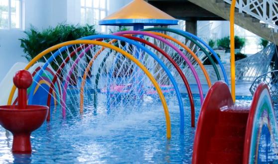 葫芦岛百大万美温泉水上乐园依托于百大万美温泉酒店,位于葫芦岛市