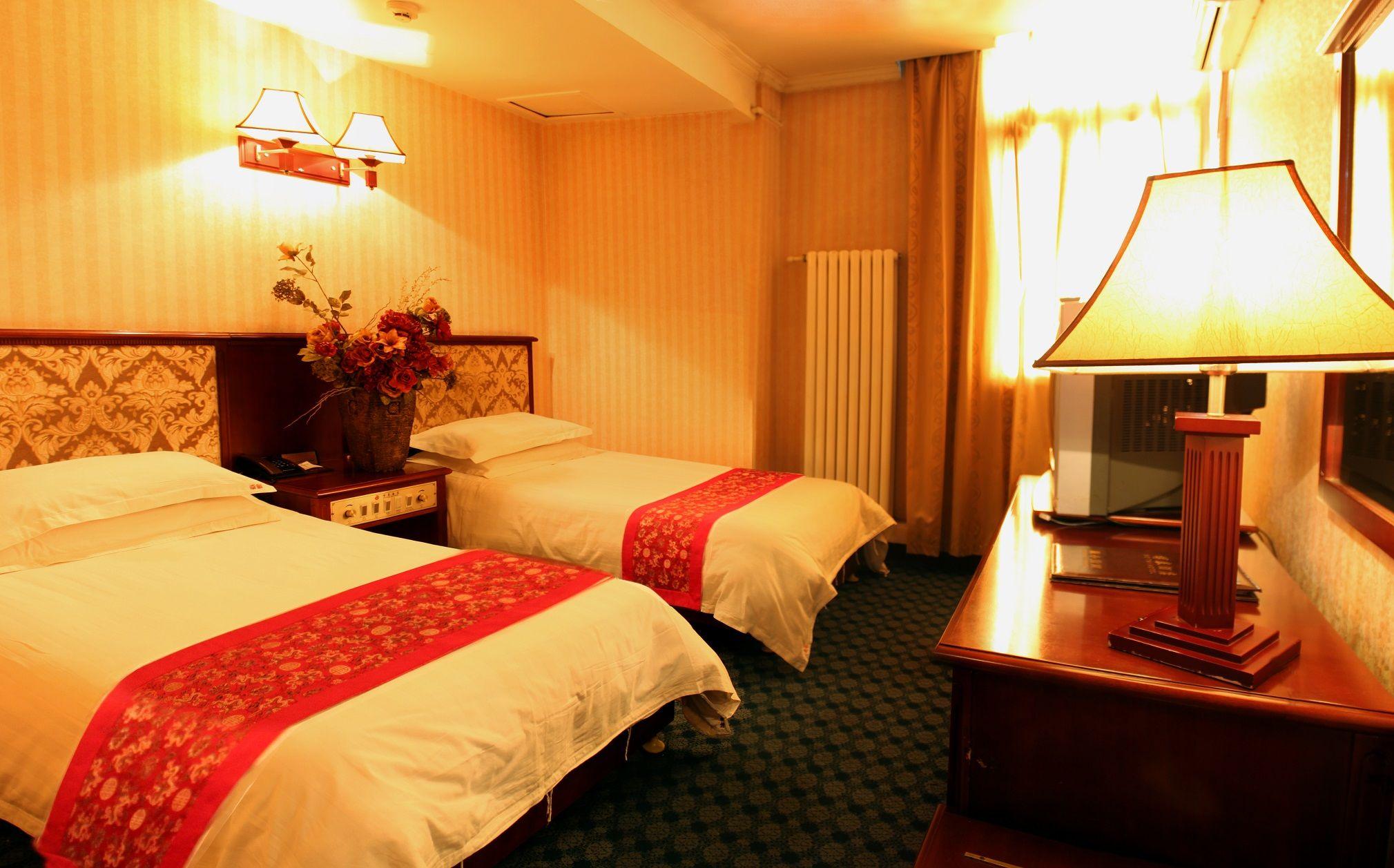 北京博泰酒店位于后海酒吧区,距离南锣鼓巷地铁站有5分钟步行路程,提供有线网络连接和停车场并设有一间餐厅、酒吧和24小时前台。 每间空调客房均配备了有线电视、带吹风机的浴室、迷你吧、保险箱和沏茶/咖啡设施。 北京博泰酒店的客人可以参观南锣鼓巷、景山公园、北海公园以及雍和宫等历史悠久的景点。 酒店的餐厅供应当地菜肴。客人亦可前往附近的簋街美食街。 北京博泰酒店与著名的紫禁城和天安门广场相距3个地铁站。