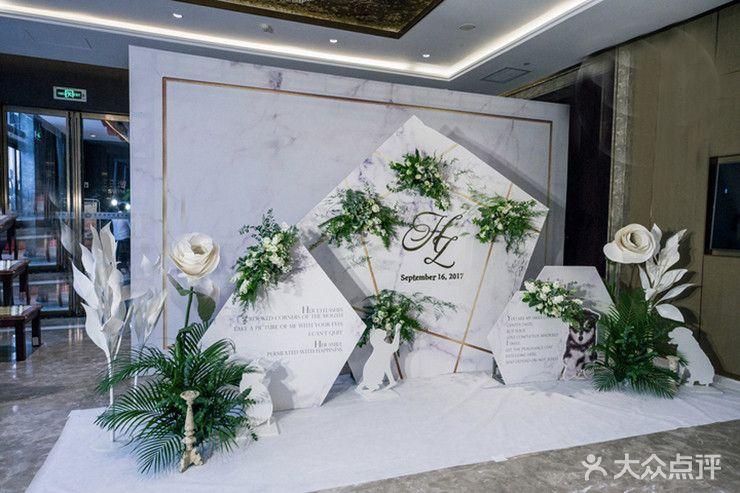 布置 迎宾区:最流行最简洁好看的大理石纹背景加上绿植,金色的边框