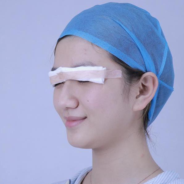 手术第二天,我偷偷把纱布撩起来看了看,肿肿的好丑啊!不过感觉很新奇,在手术之前还是想得挺多的,害怕做了不好看,但是想想再丑也比一单一双好啊,起码对称了不是,毕竟是第一次,而且是在脸上动刀,一切都说是为更美啊。双眼皮的形状有很多,我个人是比较喜欢欧式双眼皮的,但是医生说了,我的脸型不合适,比较小家碧玉。设计了比较多方案,也给了挺多的参考意见,看了比较多案例,我最后还是觉得适合自己的款式才好,在手术过程中,也不怎么感觉到疼,因为打了麻药。今天一早就有医生给我打电话问我伤口情况,让我耐心养伤。重要的是还说了很多的术后注意事项,觉得他们都很可爱可亲呀,为了不让伤口发炎,我也有在吃消炎药哦,有想法的姑娘们要抓紧时间啦~