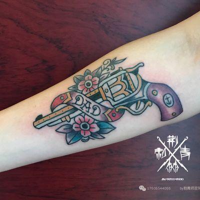 欧美枪花纹身款式图