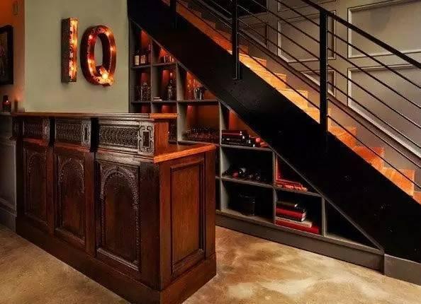 在不规则的室内,充分利用边角空间和墙面凹入部分安放吧台,可有效