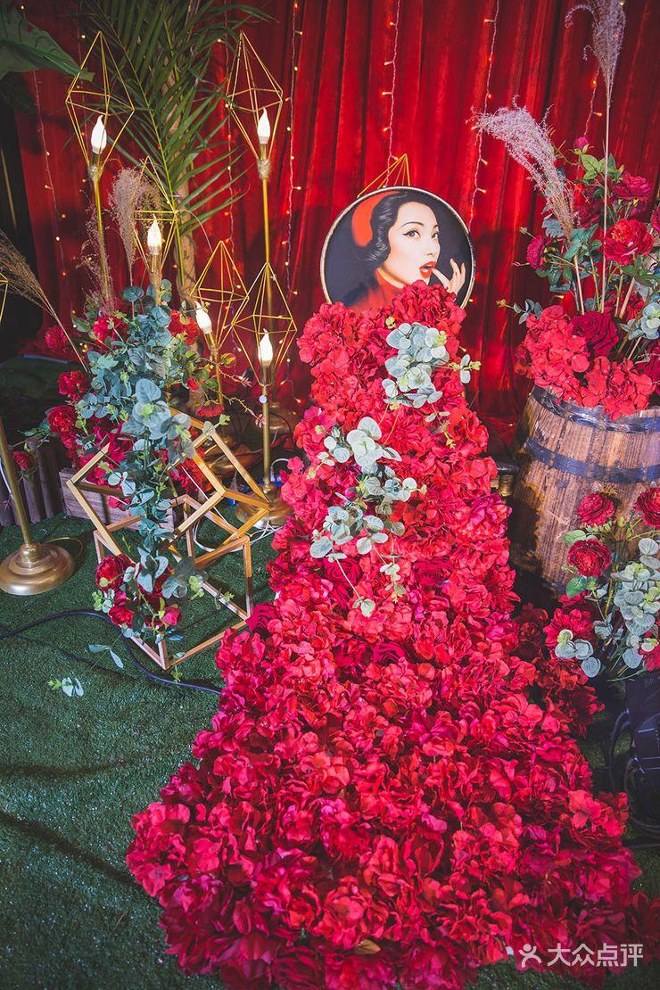 仪式区:背景支架一副 红色绒布 小米灯 仿真树3棵 门型白桦树 喷绘