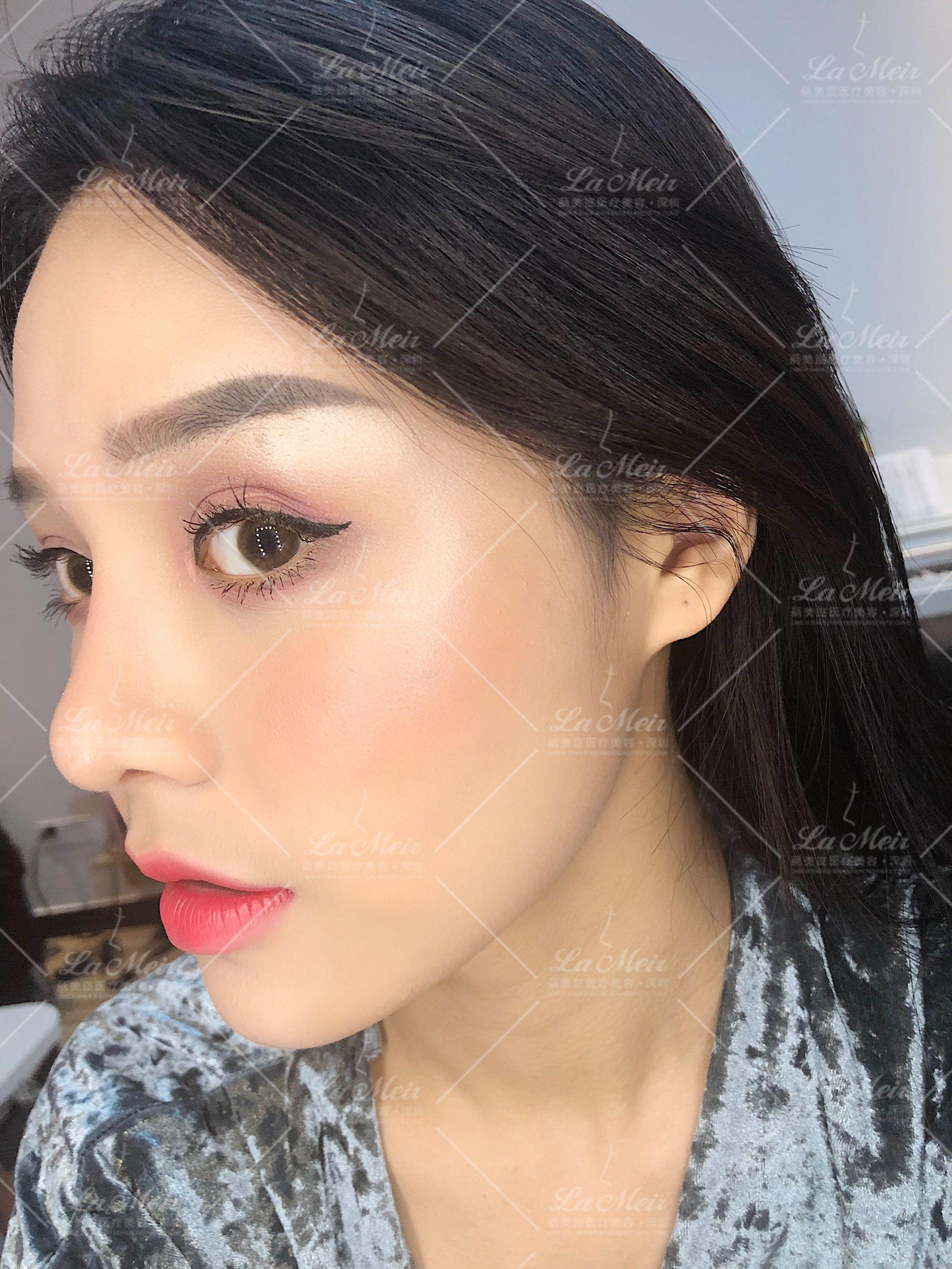 化妆品可以让我玩一整天,化妆可是个细致活,得慢慢来,特别是眼妆,需要有层次,晕染到位,每次化妆就像在完成一件艺术品。