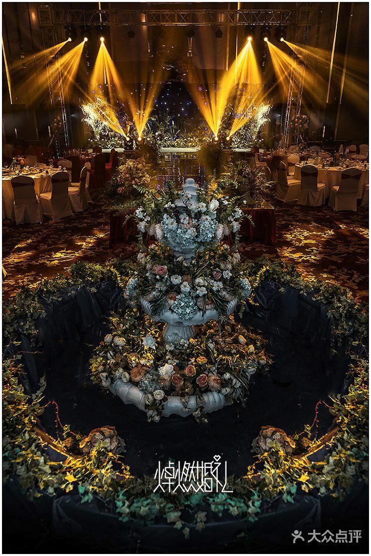 迎宾区:背景为白绿色森系布置 仪式区:舞台背景为星空下的梦幻森林