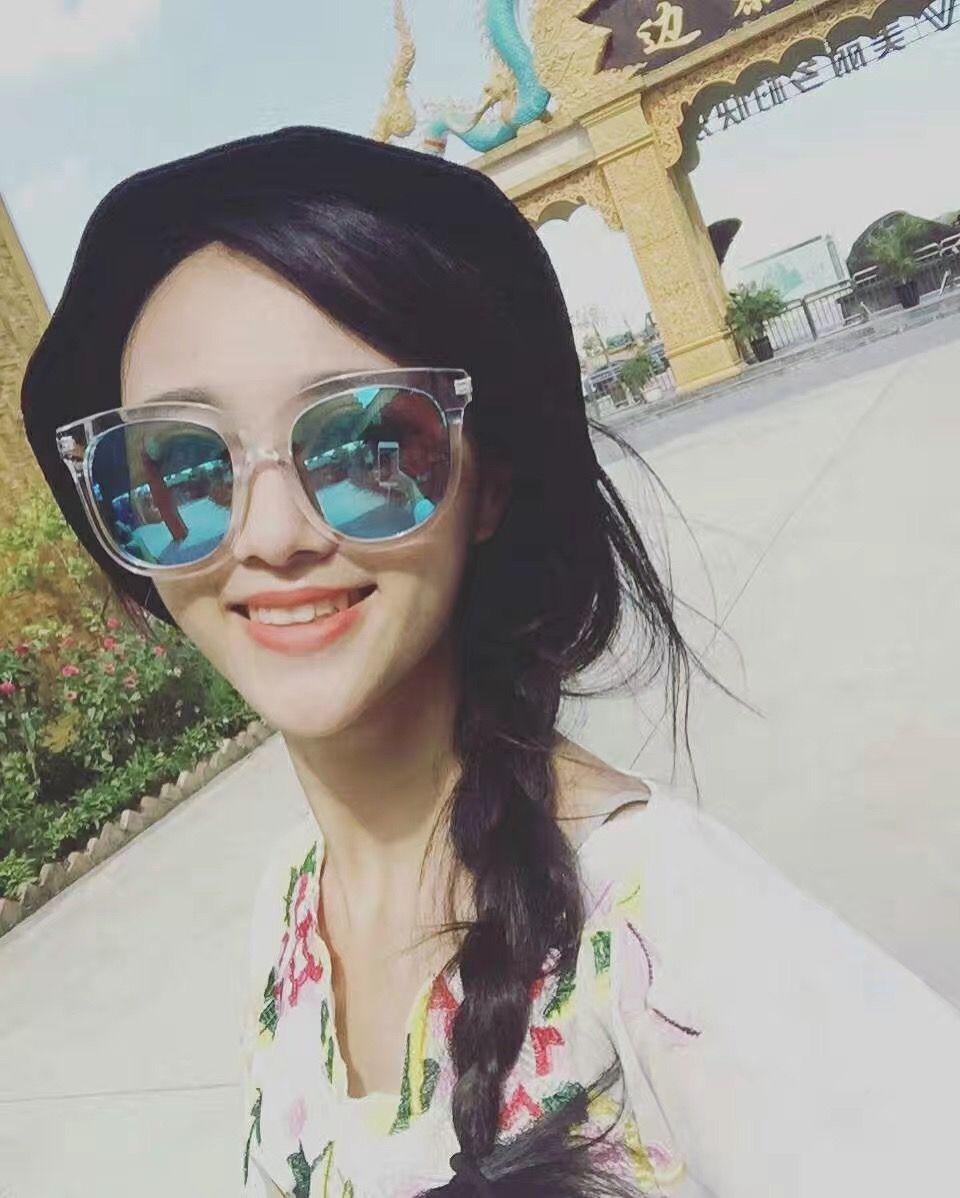 北京的冬天有点冷哦~最近接了几个平面广告,也有几个戏在演,虽然是配角,但是玩的很开心!!你们在吸霾吗?这里是夏天,这里是夏天O(∩_∩)O哈哈~  和闺蜜满世界跑!